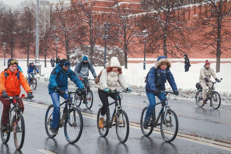 Группа в составе велосипедисты ехать вдоль стен Кремля в зиме стоковые фото