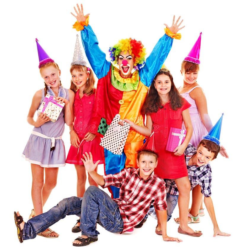 Группа в составе вечеринки по случаю дня рождения предназначенное для подростков с клоуном. стоковые фотографии rf