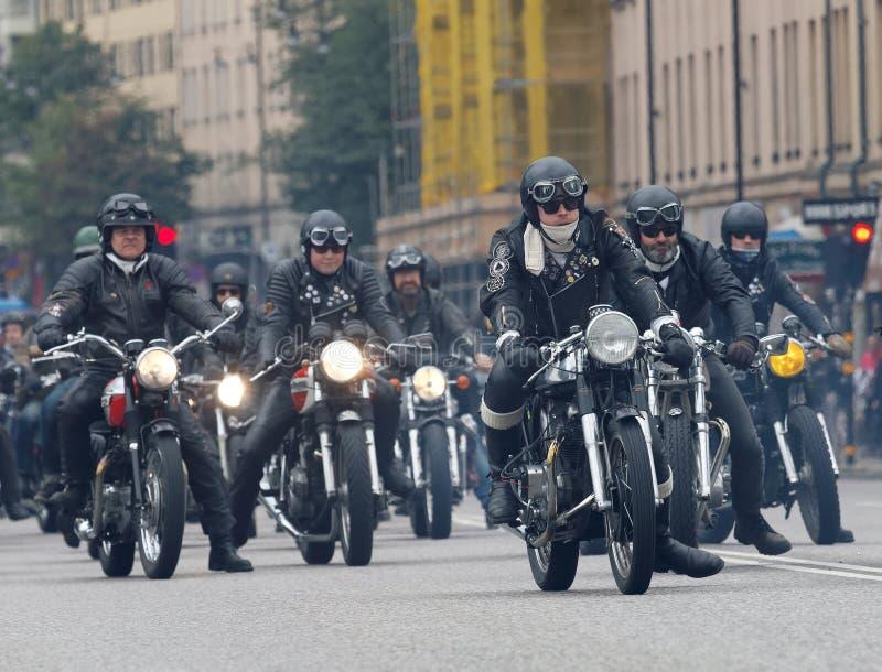Группа в составе велосипедисты на старомодных мотоциклах стоковые изображения