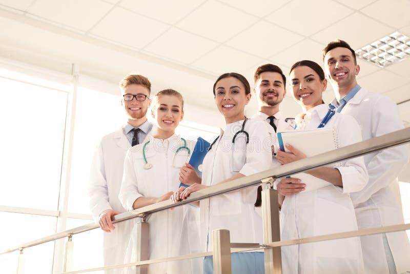 Группа в составе врачи Концепция единства стоковые фото