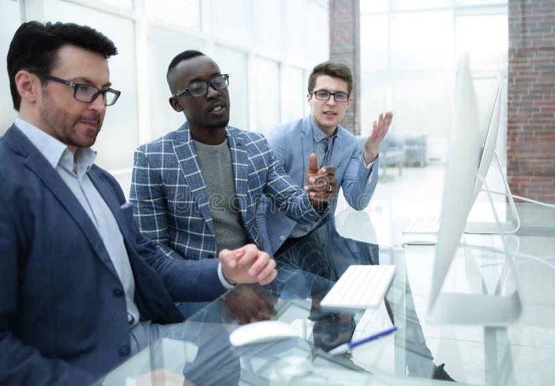 Группа в составе вскользь одетые предприниматели обсуждая идеи в офисе стоковые фото