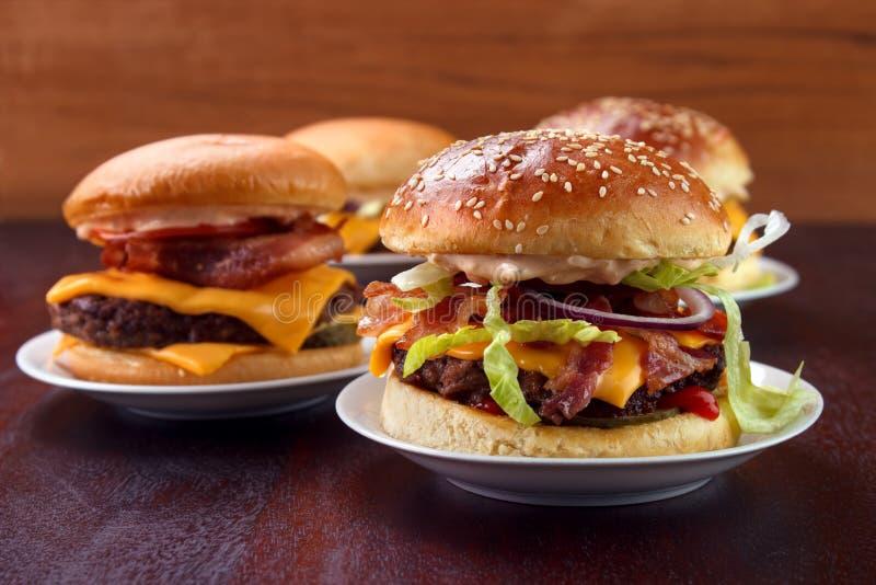 Группа в составе гамбургеры стоковое изображение rf