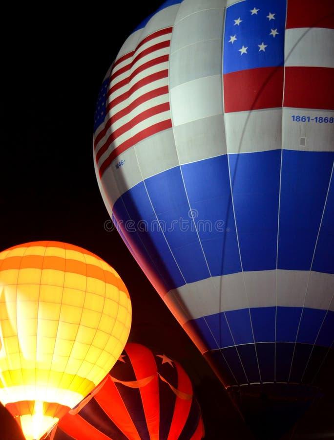 Группа в составе горячие воздушные шары на ноче стоковые фото