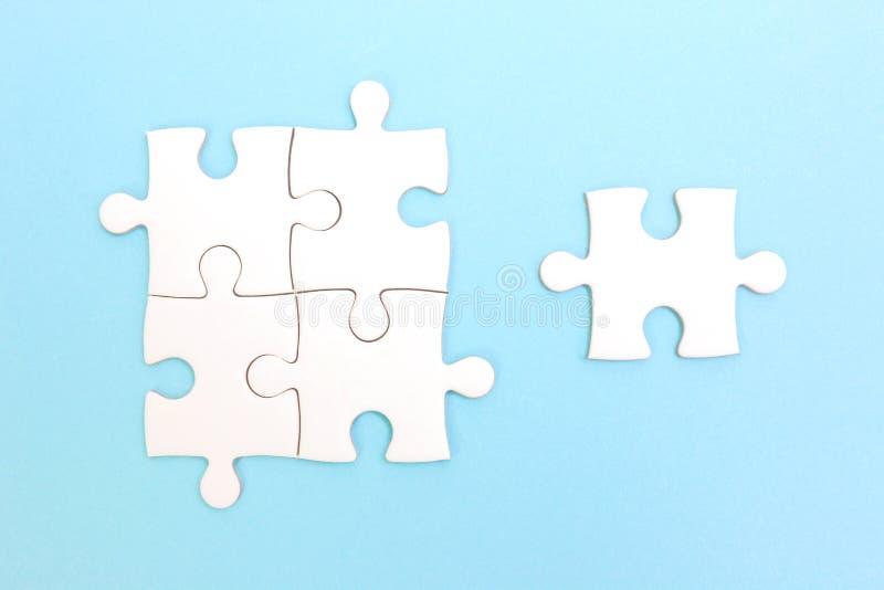 Группа в составе головоломка и часть головоломки Принципиальная схема сыгранности стоковые фотографии rf