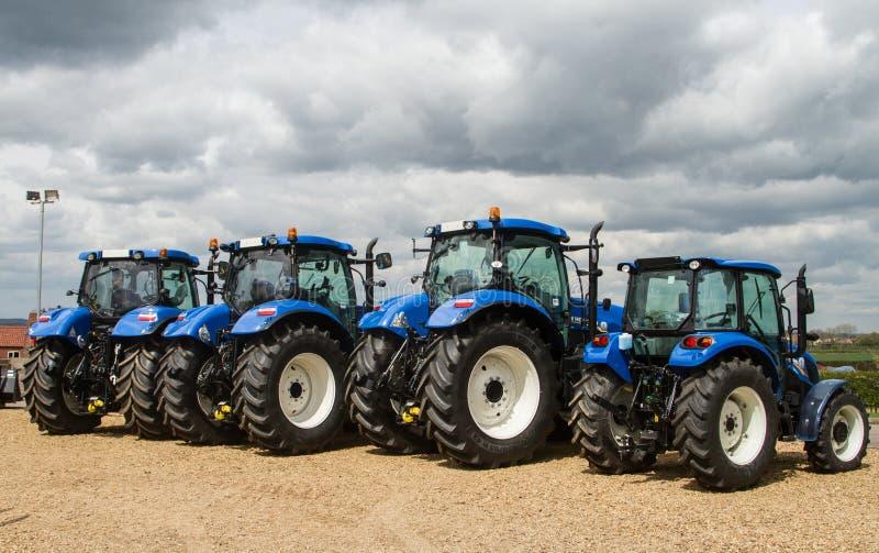 Группа в составе голубые тракторы припаркованные вверх стоковые изображения rf