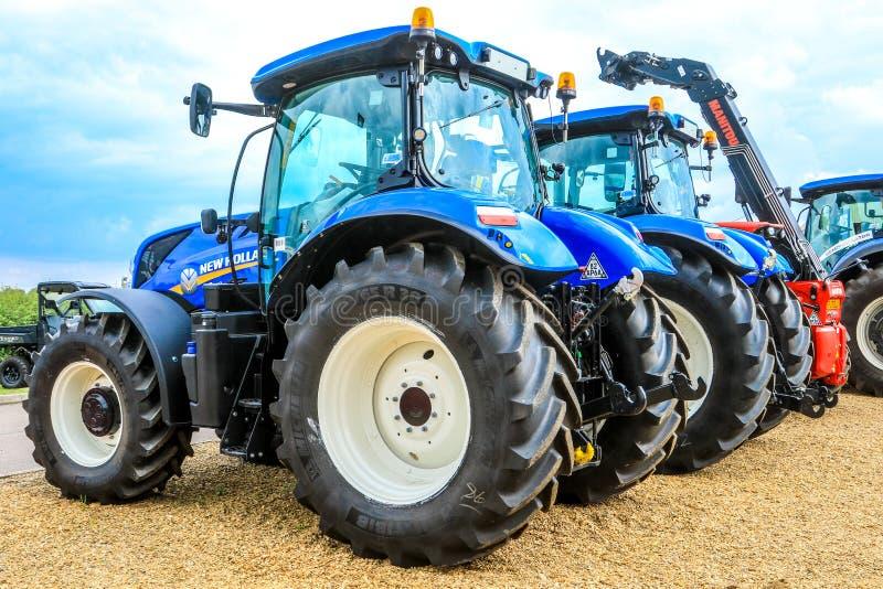Группа в составе голубые тракторы припаркованные вверх стоковые изображения