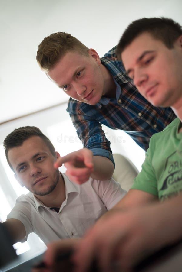 Группа в составе график-дизайнеры на работе стоковое фото rf
