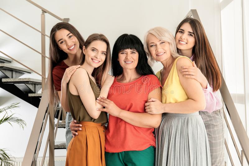 Группа в составе дамы на лестницах Сила женщин стоковая фотография rf