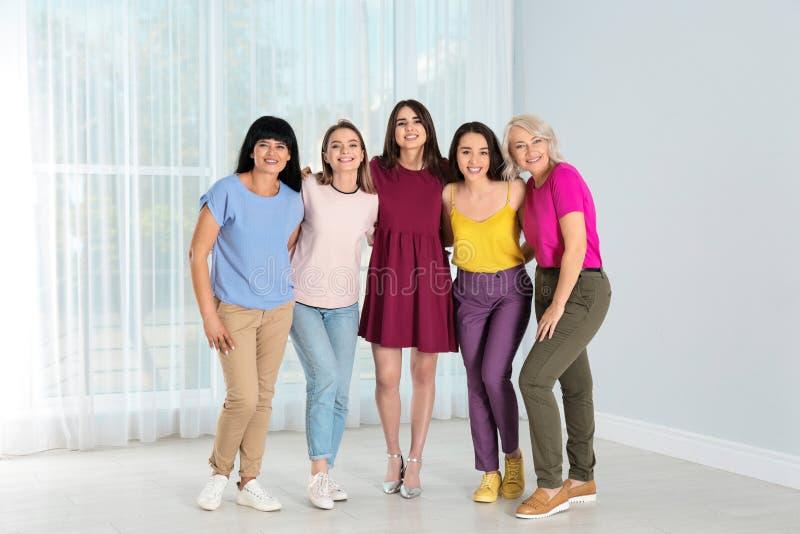 Группа в составе дамы около концепции силы женщин окна стоковое изображение rf