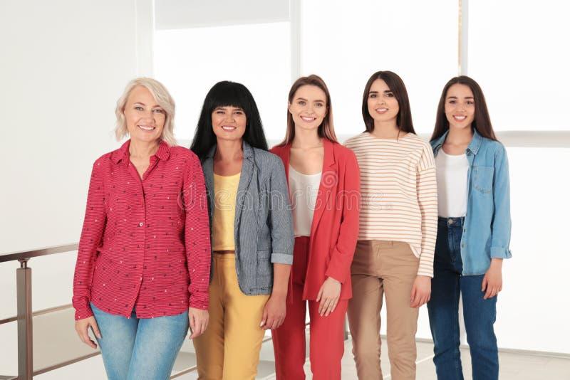 Группа в составе дамы около окна внутри помещения Сила женщин стоковое фото