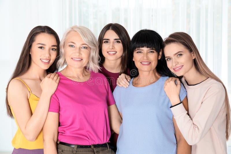 Группа в составе дамы около окна Концепция силы женщин стоковая фотография rf