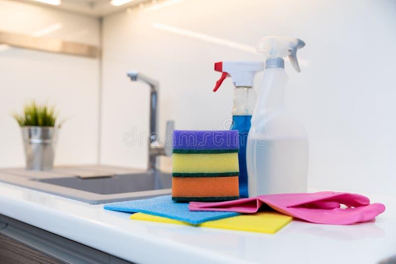 Группа в составе детали чистки на домашнем worktop кухни стоковое изображение