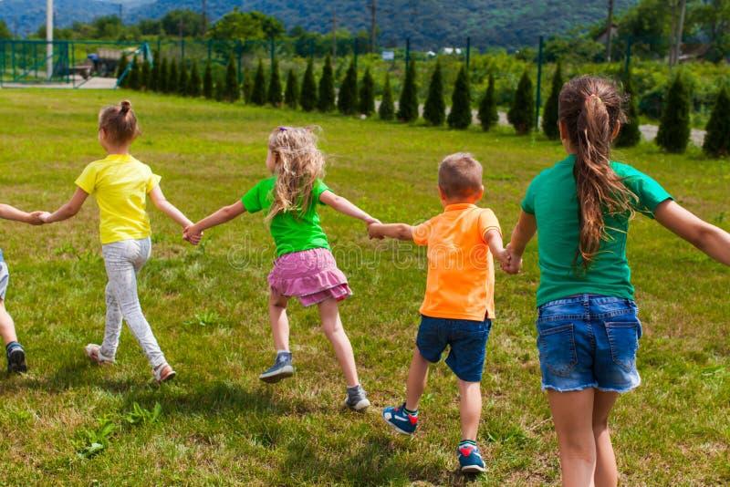 Группа в составе дети в красочных футболках на их праздниках стоковое фото