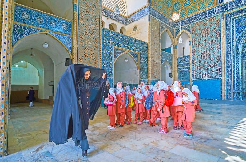 Группа в составе дети в мечети пятницы, Yazd, Иране стоковое изображение