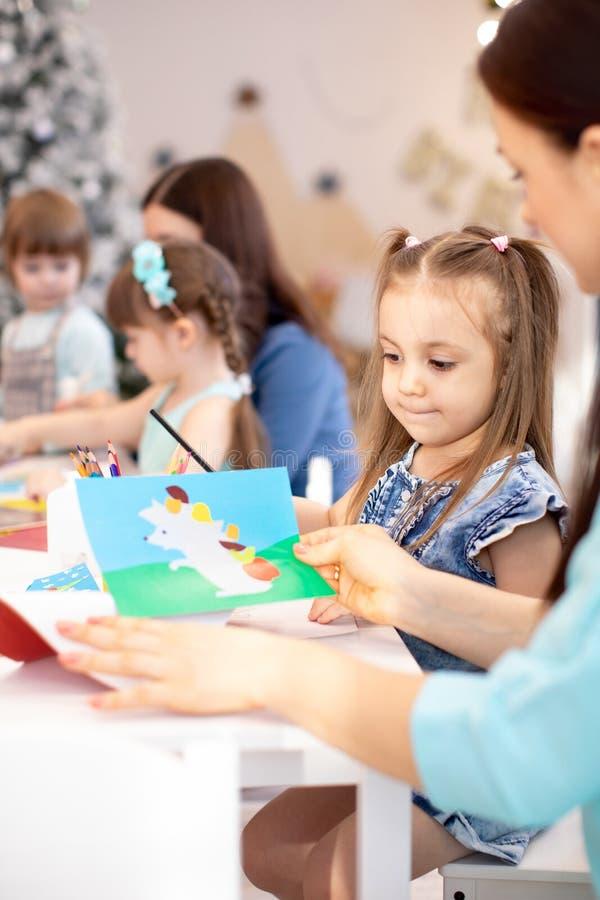 Группа в составе дети на kesson в центре daycare стоковое изображение
