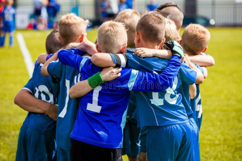 Группа в составе дети в футбольной команде Речь Coach's футбола школы Pregame стоковая фотография rf