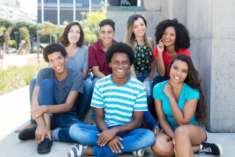 Группа в составе довольно международные молодые взрослые стоковые фото