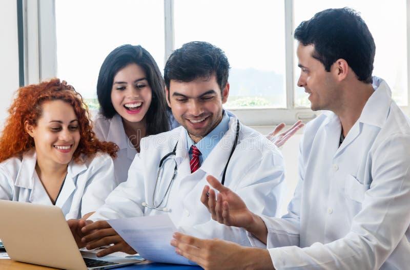 Группа в составе доктора и медсестры на встреча на больнице стоковое фото
