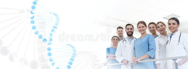 Группа в составе доктора в клинике и формуле ДНК r стоковые фотографии rf
