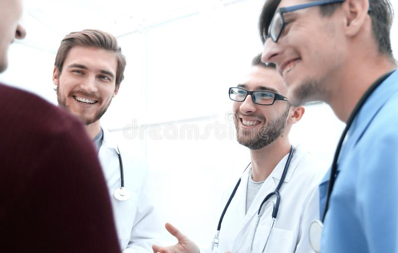 Группа в составе доктора советуя пациенту стоковые изображения rf