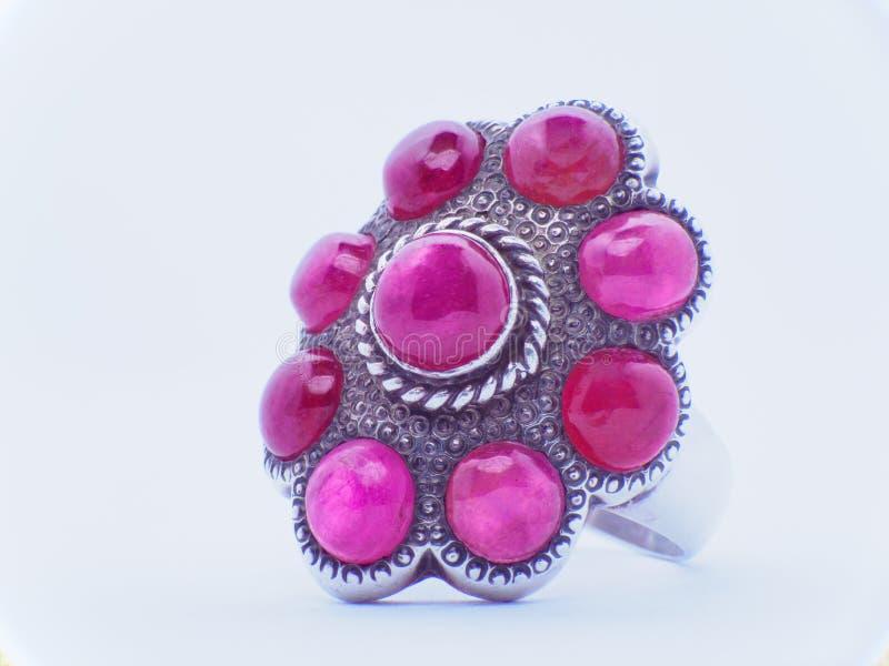 группа в составе драгоценная камень цвета звенит с покрашенными диамантами и драгоценными камнями на белой предпосылке стоковая фотография rf