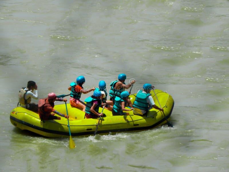 Группа в составе друзья наслаждаясь сплавлять реки стоковые фото