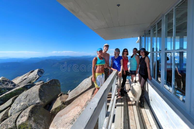 Группа в составе друзья на высокогорной палубе хаты стоковые изображения rf