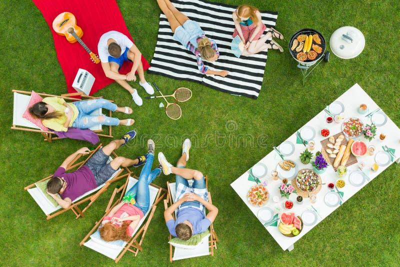 Группа в составе друзья сидя в круге стоковые фотографии rf