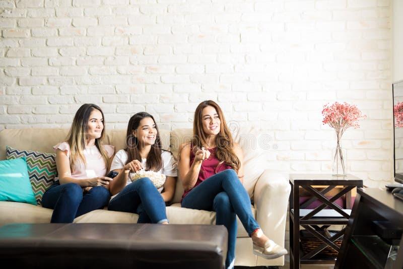 Группа в составе друзья смотря кино стоковое изображение
