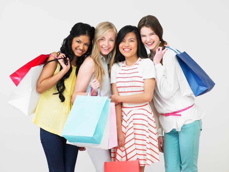 Группа в составе девочка-подросток с хозяйственными сумками стоковое изображение