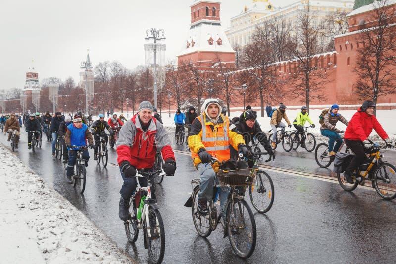 Группа в составе езды велосипедистов вдоль стен Кремля в зиме стоковые изображения