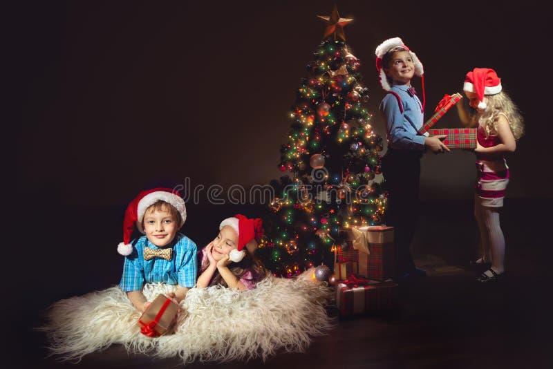 Группа в составе дети в шляпах Санты стоковая фотография rf