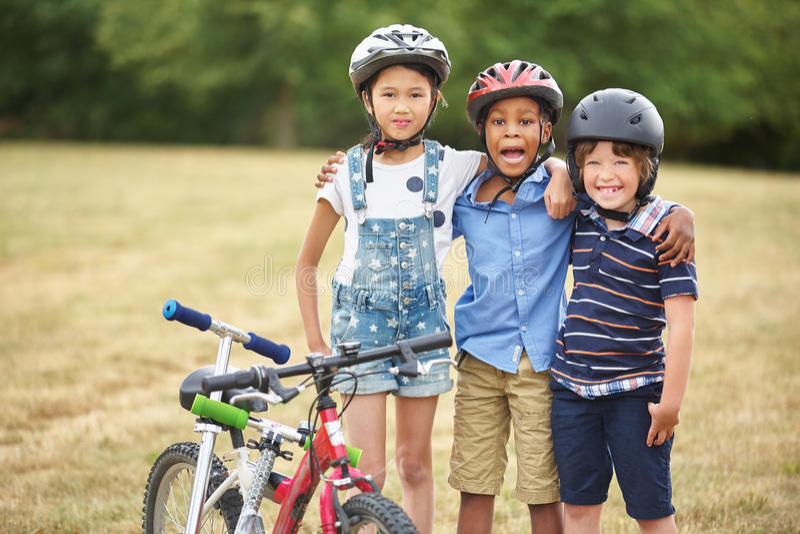 Группа в составе дети с велосипедом и самокатом стоковые фотографии rf