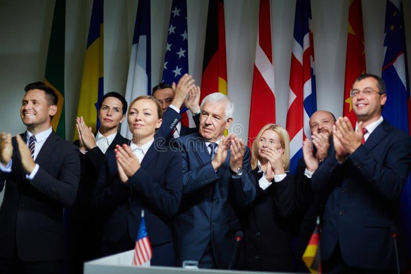 Группа в составе делегаты аплодируя стоковые изображения rf