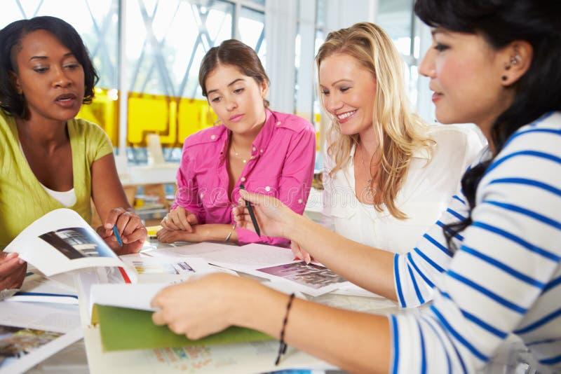 Группа в составе женщины встречая в творческом офисе
