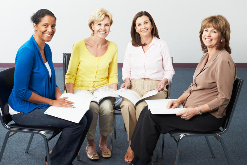 Группа в составе женщины на книжном клубе стоковое фото