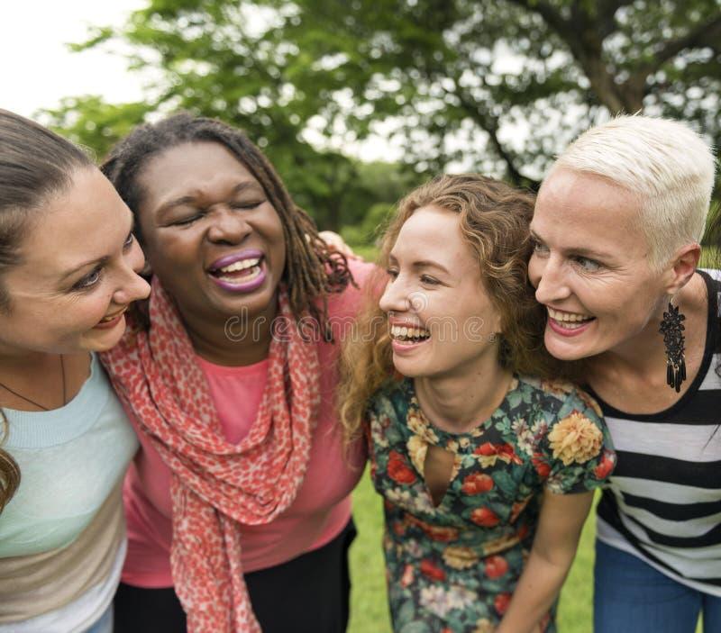 Группа в составе женщины общается концепция счастья сыгранности стоковые изображения rf