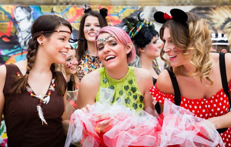 Группа в составе женщины в сексуальных костюмах на партии масленицы стоковое изображение rf