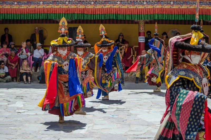 Группа в составе замаскированные танцоры в традиционном костюме Ladakhi выполняя во время ежегодного фестиваля Hemis стоковая фотография