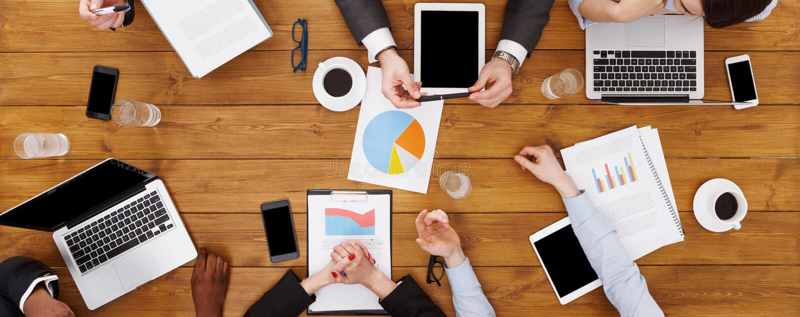 Группа в составе занятые бизнесмены встречая в офисе, взгляд сверху стоковое изображение rf