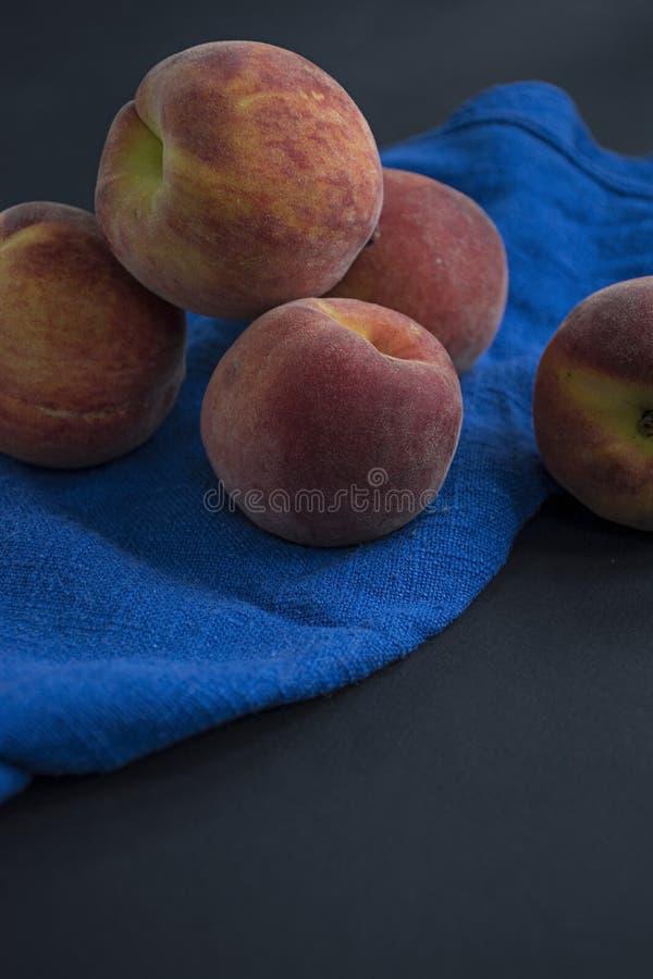 Группа в составе зрелые персики r стоковое фото