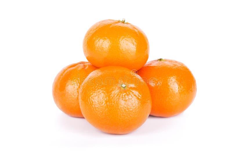 Группа в составе зрелые свежие сочные tangerines или мандарины изолированные на белой предпосылке стоковые изображения