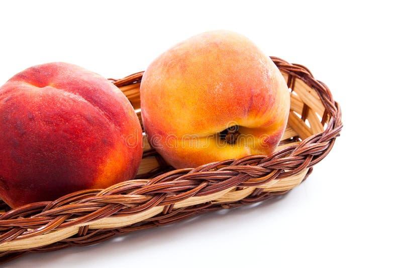 Группа в составе зрелый плодоовощ персика в корзине изолированной на белой предпосылке стоковое изображение rf