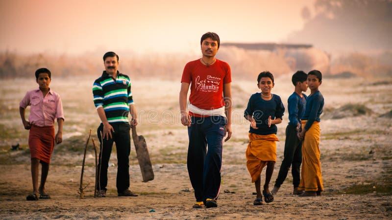 Группа в составе индийские мальчики играя сверчка буерака стоковая фотография