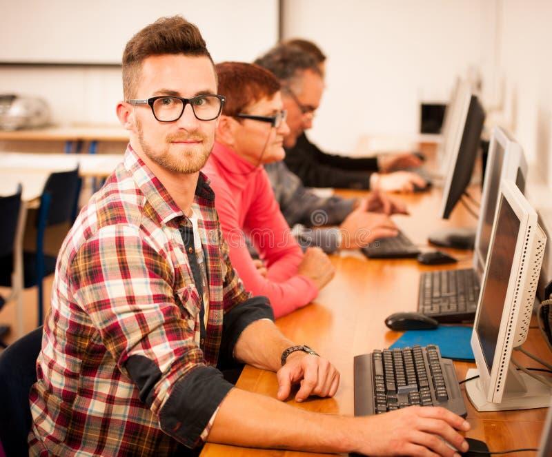 Группа в составе искусства компьютера учить взрослых Intergenerational tran стоковые изображения rf