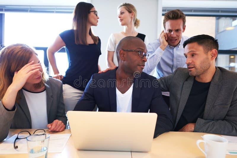 Группа в составе исполнительные власти сидя работая интенсивно стоковые изображения rf