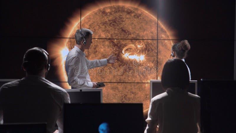 Группа в составе исследует исследуя солнечную деятельность стоковая фотография rf