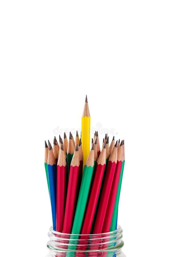 Группа в составе карандаши в стеклянном опарнике на белой предпосылке стоковое фото rf