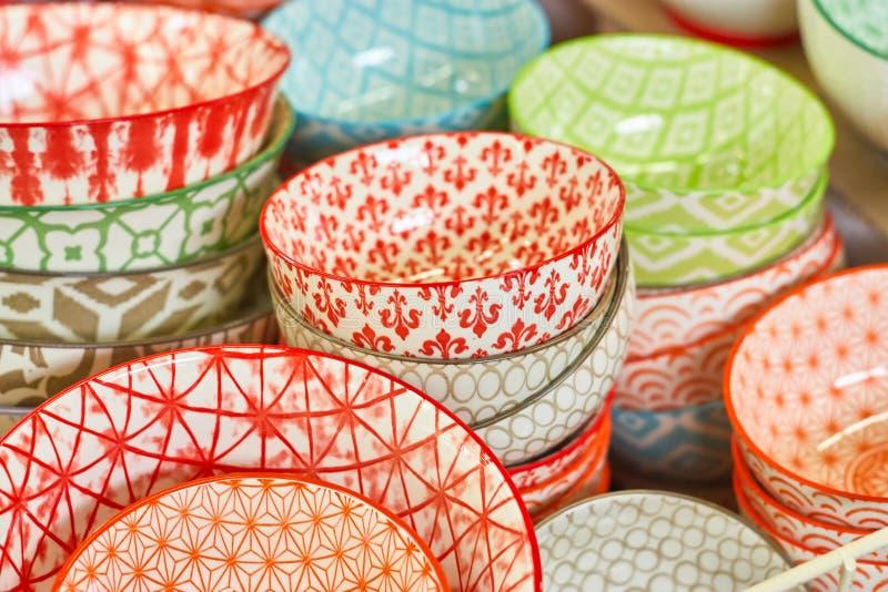 Группа в составе керамические шары в магазине Плиты с различными красочными картинами стоковая фотография rf
