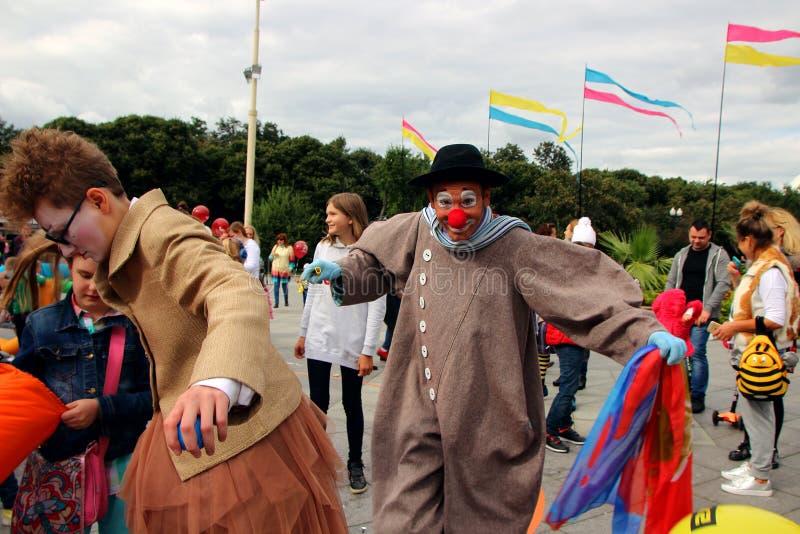 Группа в составе клоуны, любящие потех дети, в день города Москвы стоковое изображение rf